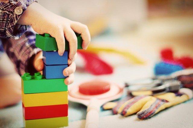 enfant monte une tour lego