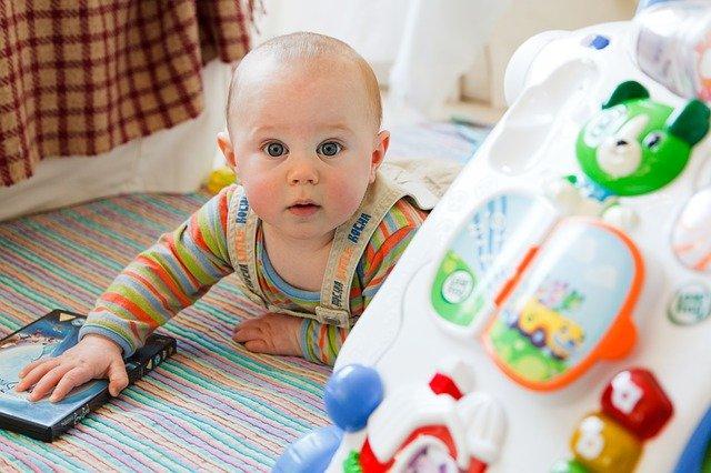 bebe qui rampe avec des jeux