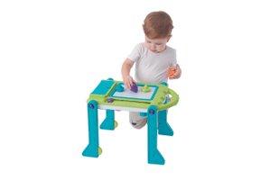 Enfant qui joue au tableau trotteur