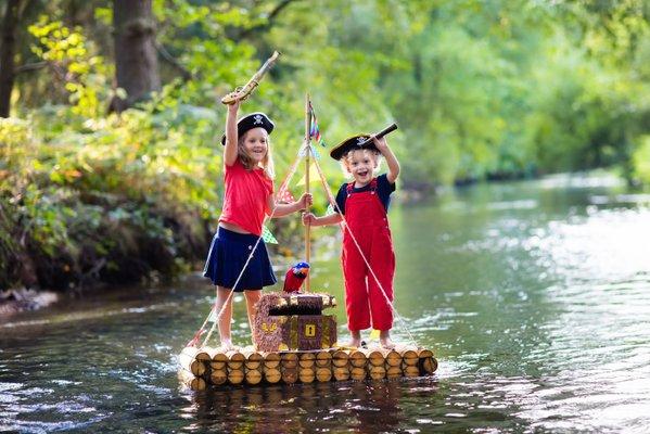 enfants riviere pirate bateau rire jeux deguisement