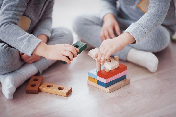 enfants qui jouent jeux de construction