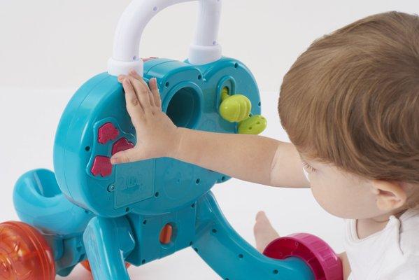 bebe qui joue avec trott mon elephanto