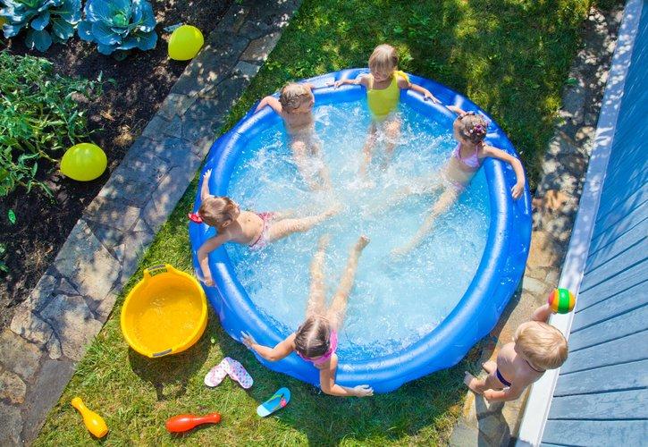 enfants qui jouent dans une piscine gonflable