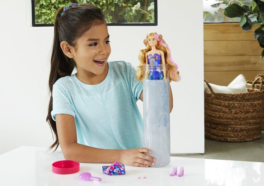 fillette qui joue à la poupée barbie color reveal